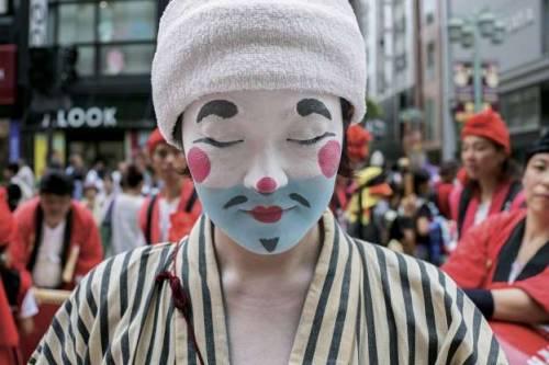 Nhật Bản: Một phụ nữ hóa trang thành chondara, nhân vật chú hề truyền thống của hòn đảo Okinawa, để hưởng ứng dịp lễ hội đường phố Tokyo. Thành phố Tokyo luôn nhộn nhịp với các hoạt động văn hóa nghệ thuật được tổ chức quanh năm.