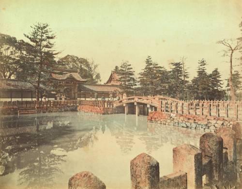 Nhật Bản: Harris và Eleanor Phelps đã thu thập lại toàn bộ những bức ảnh lưu niệm họ đã từng chụp trong các chuyến đi của mình. Trong hình là ảnh một ngôi đền ở Kyoto mà cặp đôi này đã chụp. Con trai họ đã đóng góp bức ảnh này cùng 27 album khác cho National Geographic vào năm 1953.